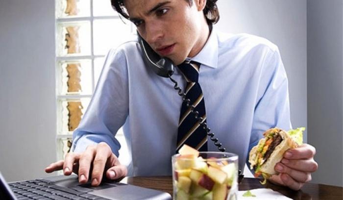 Почему есть на рабочем месте вредно